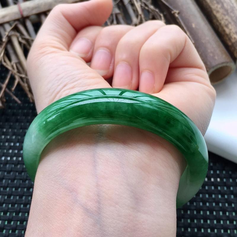 【自然光实拍】飘绿正圈特色翡翠手镯,完美无纹裂。圆润靓丽,亮丽秀气,意境动人,时尚大方,收藏送礼