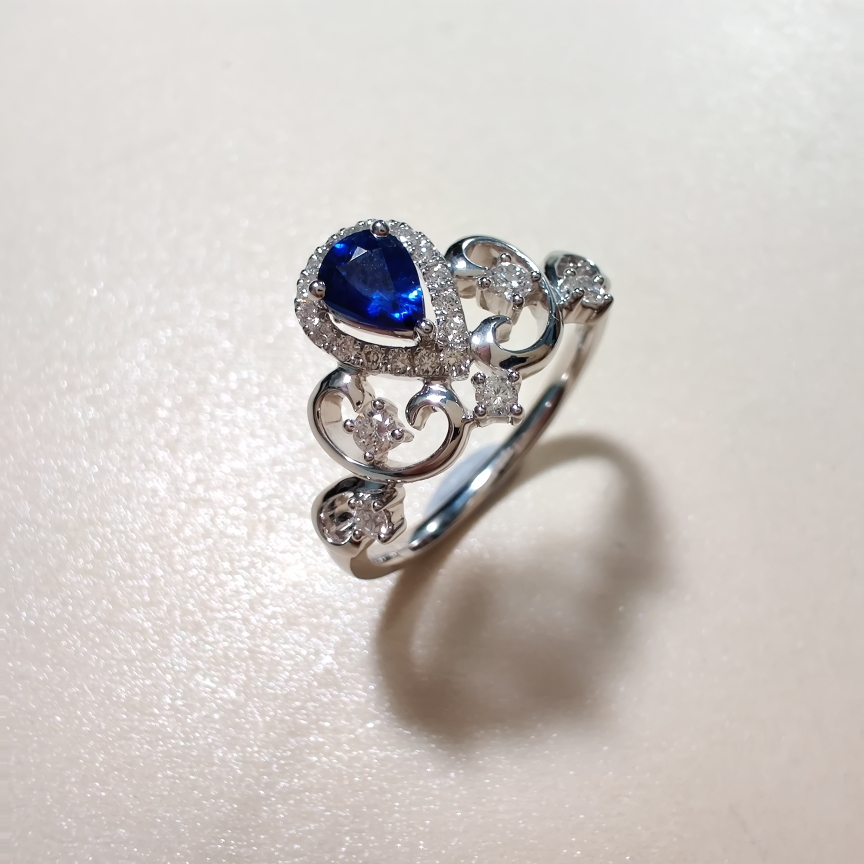 【戒指】18k金+蓝宝石+钻石  宝石颜色纯正 货重:3.09g  主石:0.40ct  手寸:13
