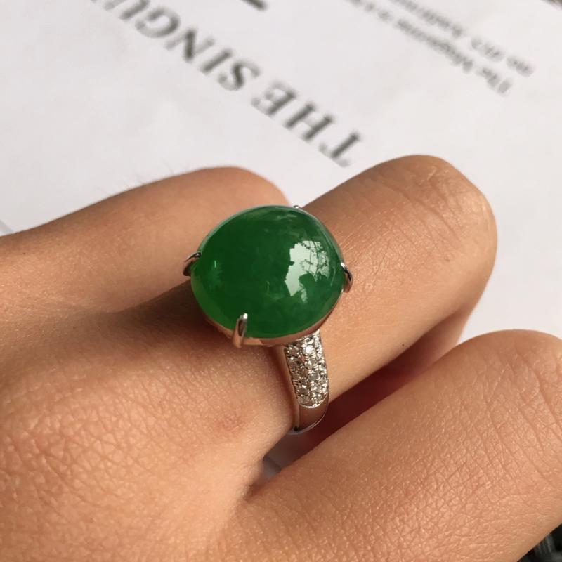 天然翡翠A货细糯种18k金伴钻镶嵌满绿蛋面戒指,整体尺寸:16.9/13.2/9.0mm,玉质细腻,