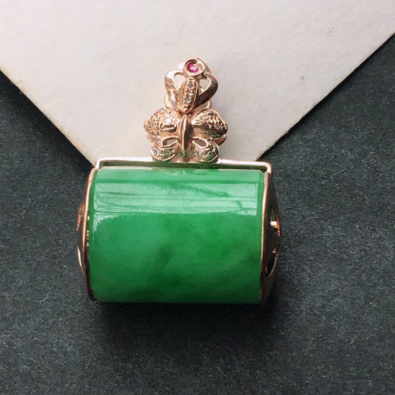 18K金伴钻镶嵌翡翠满绿路路通吊坠,种水好玉质细腻温润,颜色漂亮,佩戴效果好看。含金尺寸:22.4*
