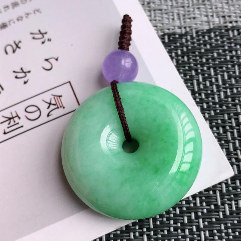 飘阳绿平安扣吊坠天然翡翠A货,尺寸:29.6/9mm,顶珠是装饰品