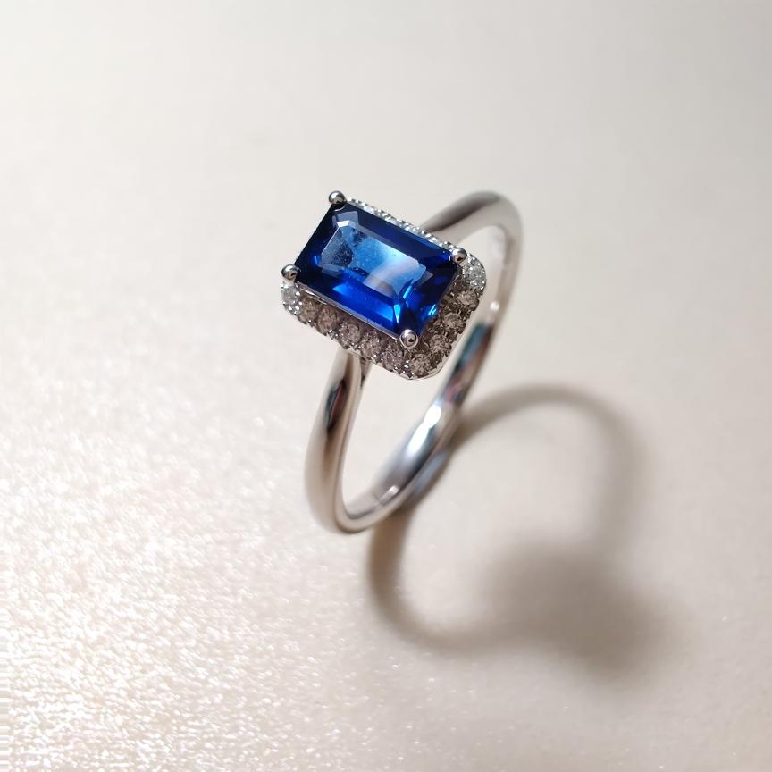 【戒指】18k金+蓝宝石+钻石  宝石颜色纯正 货重:2.34g  主石:0.56ct  手寸:13