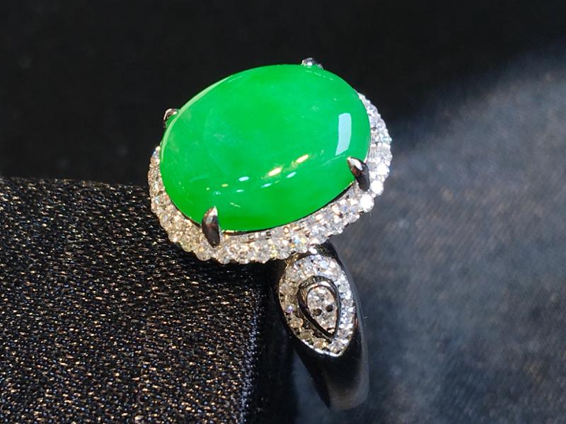 翡翠a货,满绿鸽子蛋蛋面戒指,18K金伴钻,颜色清爽,佩戴精美,佩戴精美