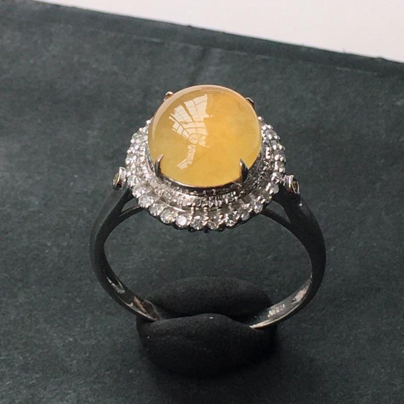 18K金伴钻镶嵌翡翠冰种起光黄翡翠蛋面戒指,种水好玉质细腻温润,种老起胶,佩戴效果好看。