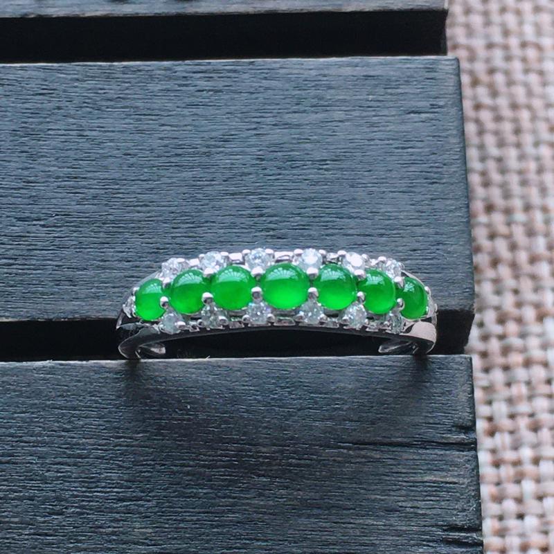 自然光实拍,缅甸a货翡翠,18k伴钻戒指,种好通透,水润玉质细腻,工艺佳,饱满品相佳,佩戴效果佳。包