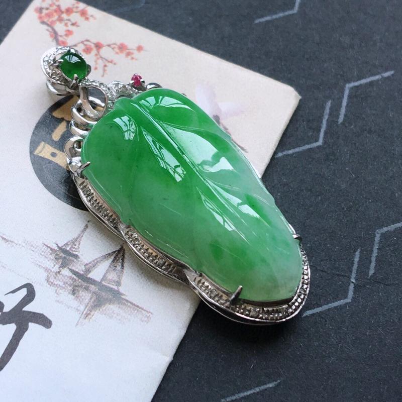 精品翡翠18K伴钻镶嵌阳绿事业有成,雕工精美,玉质莹润,尺寸:含金尺寸:37.4*16.1*8.3M