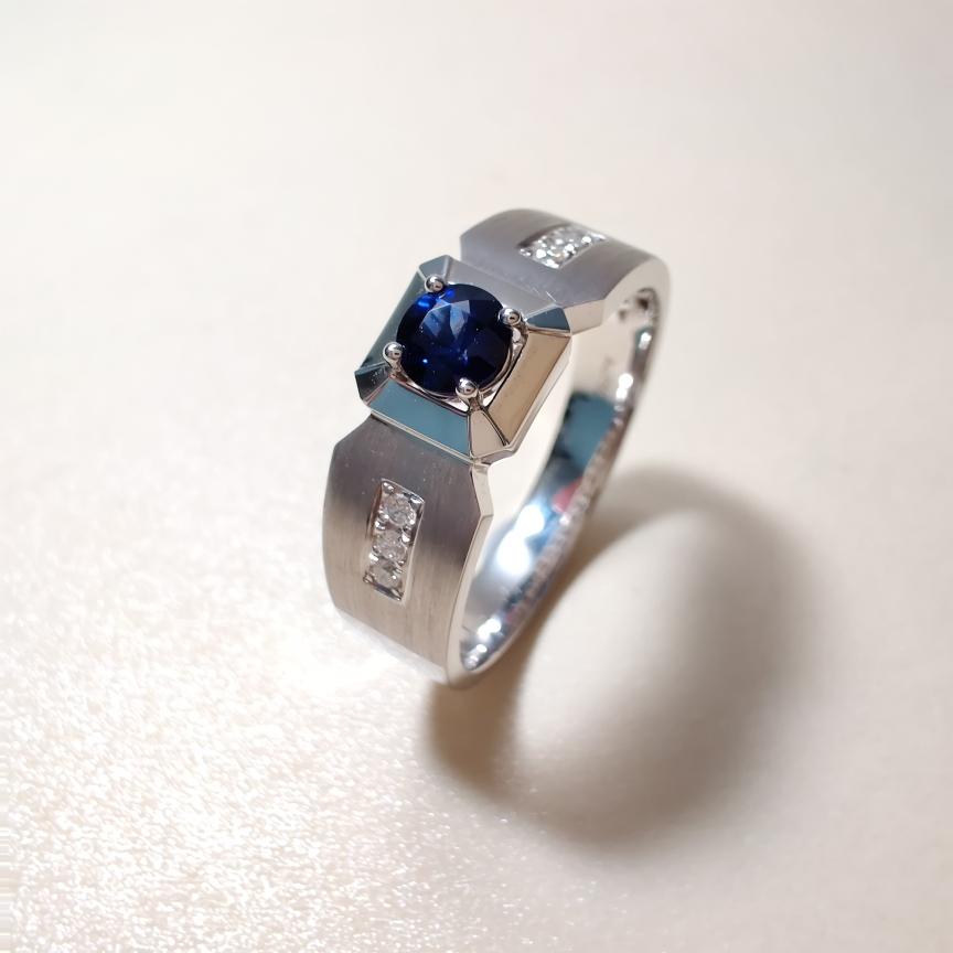 【戒指】18k金+蓝宝石+钻石  宝石颜色纯正 货重:6.78g  主石:0.35ct  手寸:21