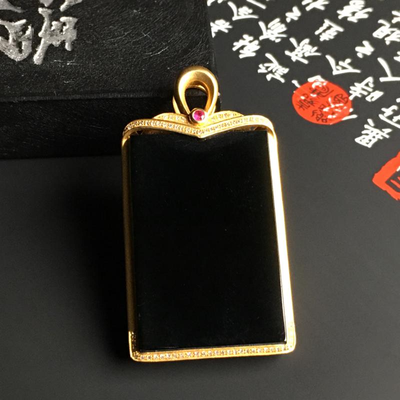 冰种墨翠无事牌吊坠 18K金镶嵌钻石 整体尺寸46.5-25-6.6毫米 黑度佳 款式时尚 打灯通透