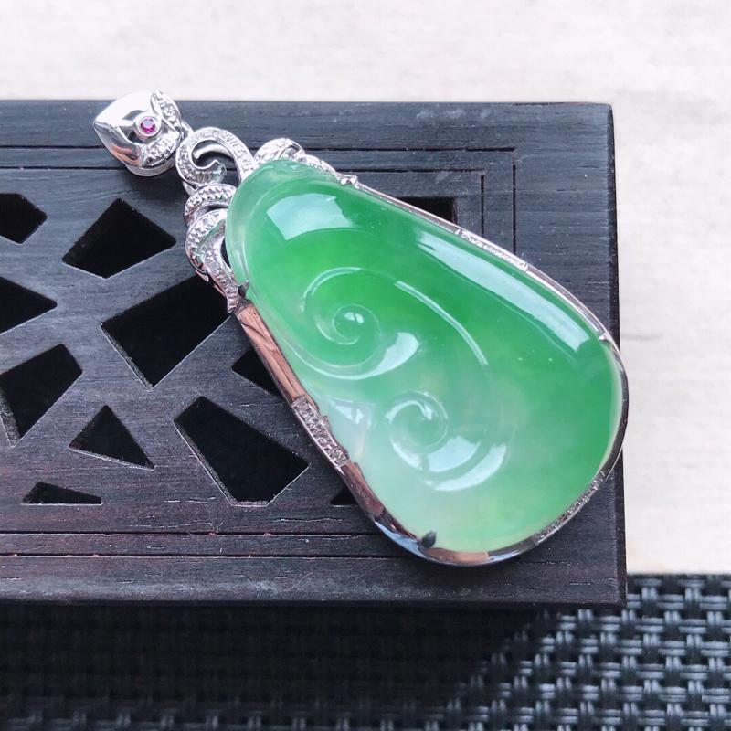 天然翡翠A货18K金镶嵌伴钻糯化种飘绿精美如意吊坠,含金尺寸40.4-19.3-8.5mm,裸石尺寸