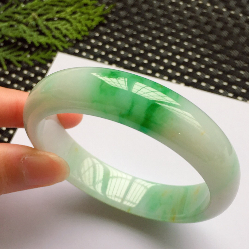 正圈56.5mm,细糯阳绿手镯,底子细腻,青翠鲜绿