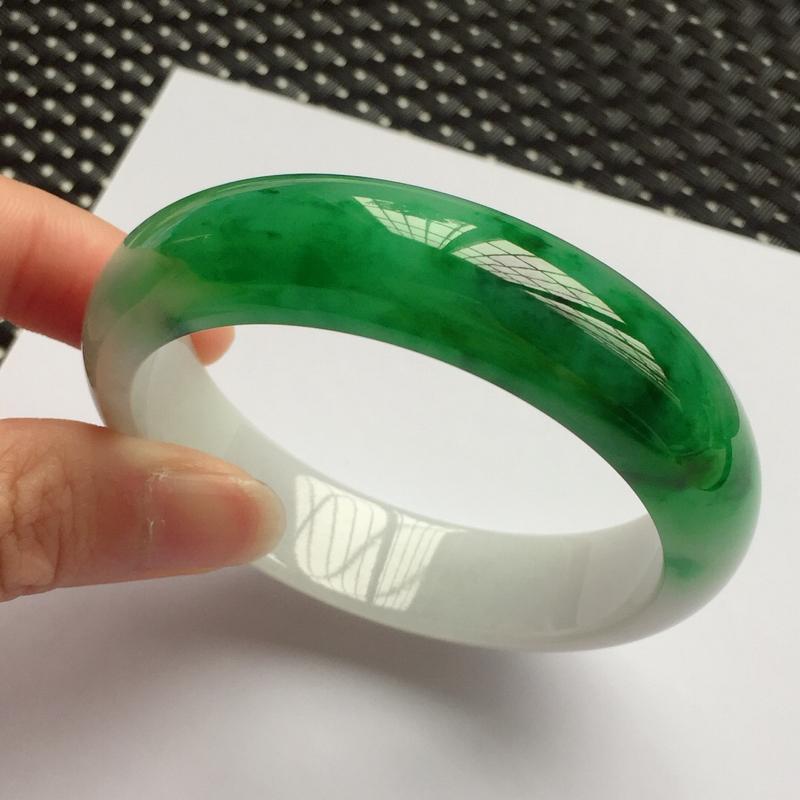 正圈53.3mm,细糯辣绿手镯,底子细腻,青翠苍绿