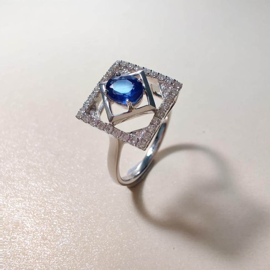 【戒指】18k金+蓝宝石+钻石  宝石颜色纯正 货重:3.48g  主石:0.59ct  手寸:13