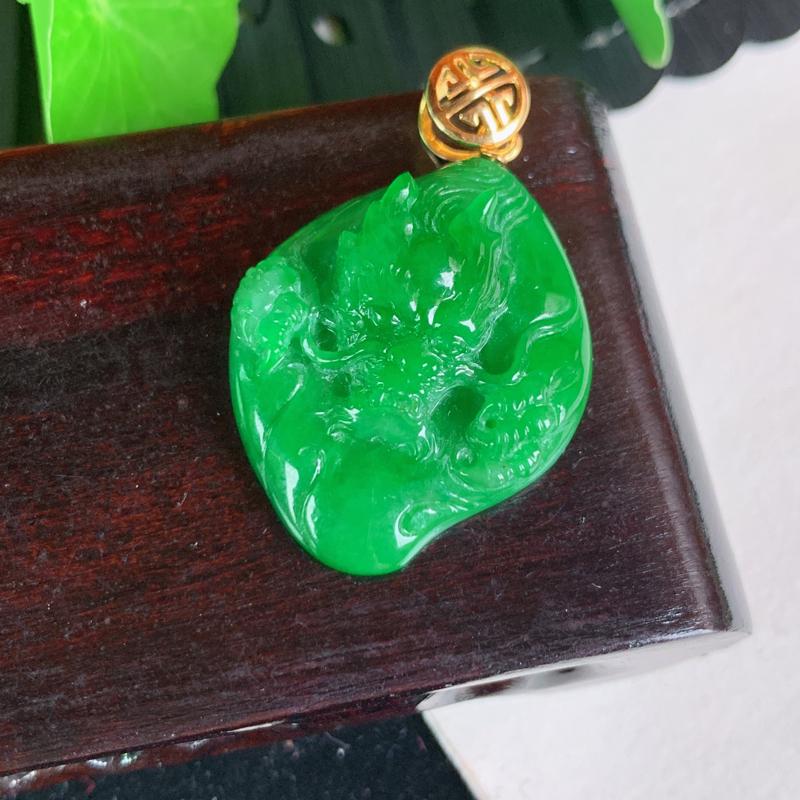 天然翡翠A货-阳绿18K金镶嵌龙腾盛世吊坠,种好,玉质细腻,水头饱满,色彩迷人,雕工精细,形体漂亮,