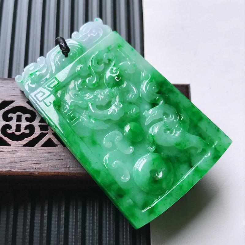天然翡翠A货细糯种飘花精美龙牌吊坠,尺寸53.2-34.2-6.5mm,玉质细腻,种水好 上身效果漂