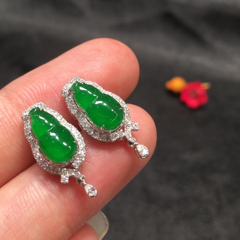 一对阳绿葫芦耳钉,聚财辟邪,完美色阳,底庄细腻,18K白金南非真钻镶嵌,性价比高,推荐,尺寸19*8