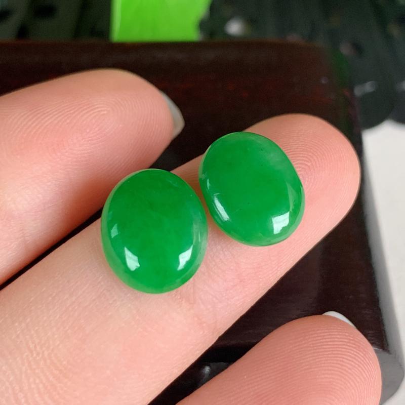 天然翡翠A货-阳绿蛋面镶嵌件一对,种好,玉质细腻,水头饱满,色彩迷人,形体漂亮,水润精致,镶嵌效果极