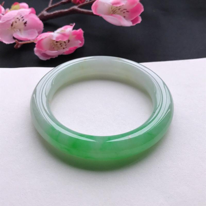 天然翡翠A货细糯种飘绿圆条手镯,尺寸56.5*11.3mm,玉质细腻,种水好,底色好,上手效果漂亮