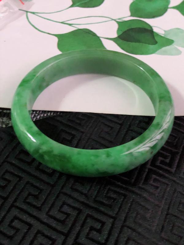 缅甸天然翡翠A货老坑满绿飘花正圈手镯,尺寸58.9*12.9*7.8mm,料子细腻