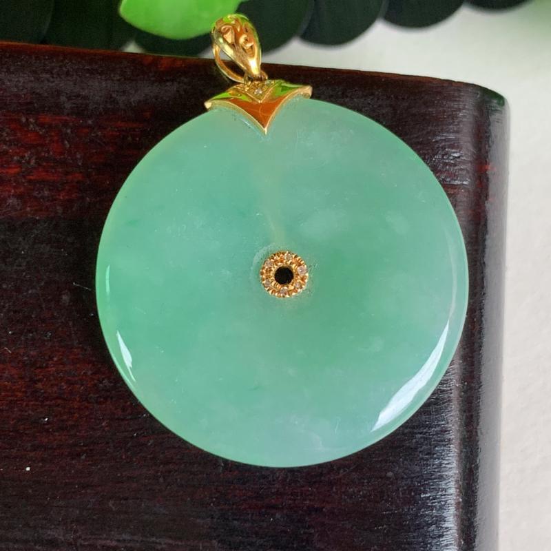 天然翡翠A货-淡绿18K金镶嵌平安扣吊坠_种好,玉质细腻,水头饱满,色彩迷人,有种有色,水润精致,上