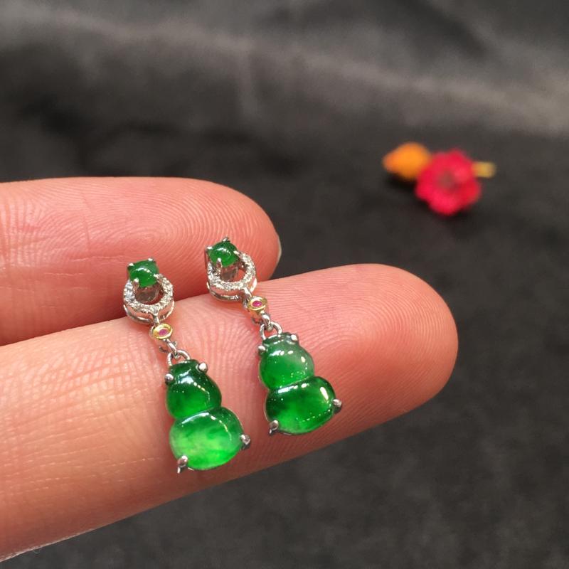 一对阳绿葫芦耳坠,聚财辟邪,完美,底庄细腻,18K白金南非真钻镶嵌,性价比高,推荐,尺寸17.3*5