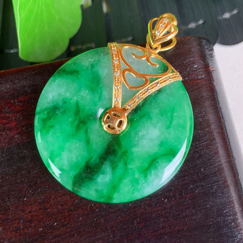 天然翡翠A货-满绿18K金镶嵌平安扣吊坠,种好,玉质细腻,水头饱满,色彩迷人,形体漂亮,水润精致,上