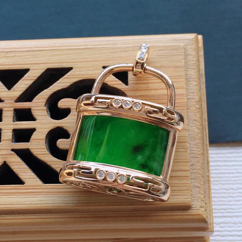 糯化种18k金镶嵌伴钻满绿长命百岁吊坠,料子细腻,雕工精美,颜色漂亮,   含金尺寸:27.5×18