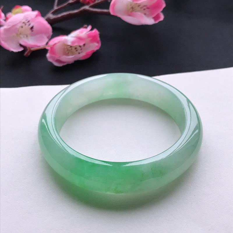 天然翡翠A货细糯种飘绿正圈手镯,尺寸57.2*13.8*8.7mm,玉质细腻,种水好,底色好,上手效