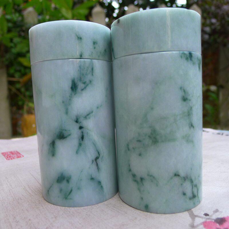 糯种翡翠飘花茶罐一对,宝贝同出一料子,质地细腻莹润,底子干净;浅绿带点飘蓝花,底色好,整体无纹裂,线