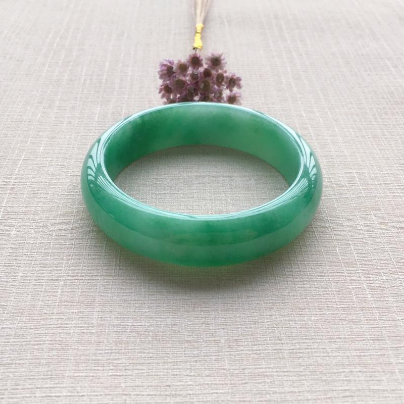 绿色正圈 尺寸:54*15.7*7.7 玉质细腻温润 色泽鲜艳靓丽 打灯有纹 有美人痣