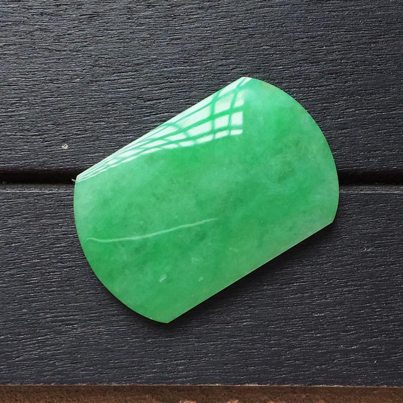 自然光实拍,缅甸a货翡翠,满绿马鞍戒面,种水好,颜色漂亮,玉质莹润,镶嵌佳品