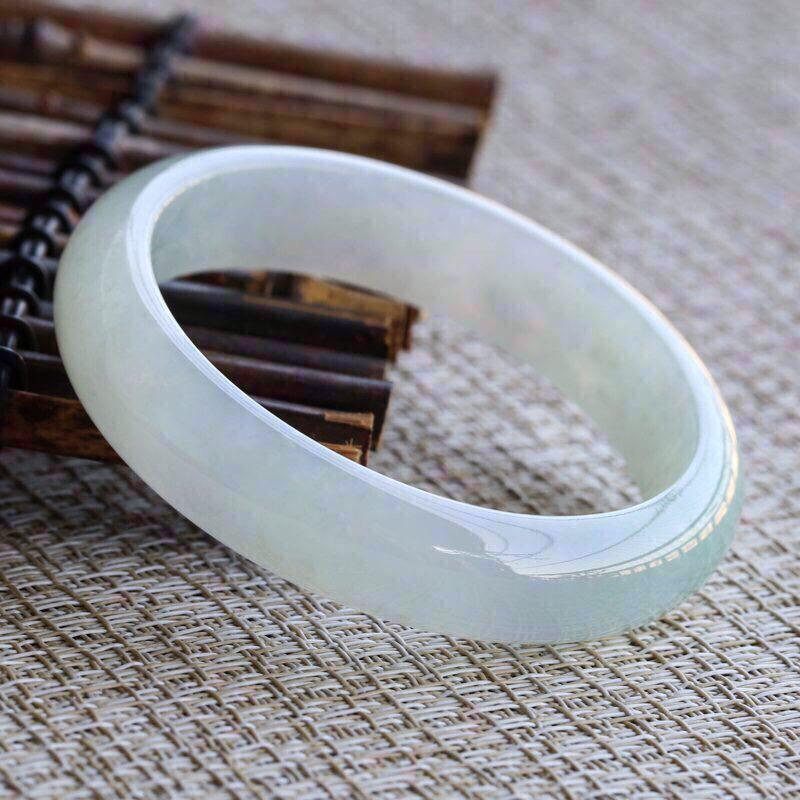 糯化种翡翠手镯,圆润厚实,亮丽秀气,上手佩戴效果高贵优雅,有天然白棉,尺寸57.3*14*7.6m