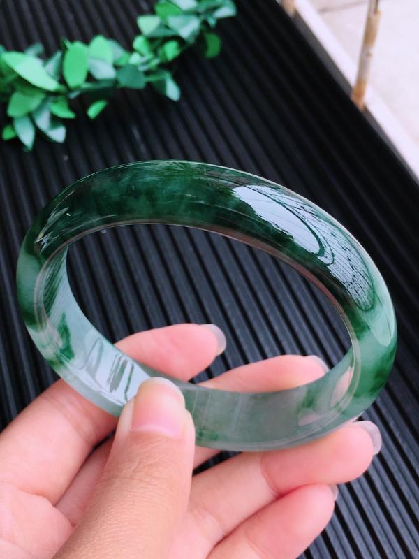 圈口:55.6,天然翡翠A货细糯种贵妃飘绿宽边手镯,尺寸:55.6/49.3/13.0/6.6mm,
