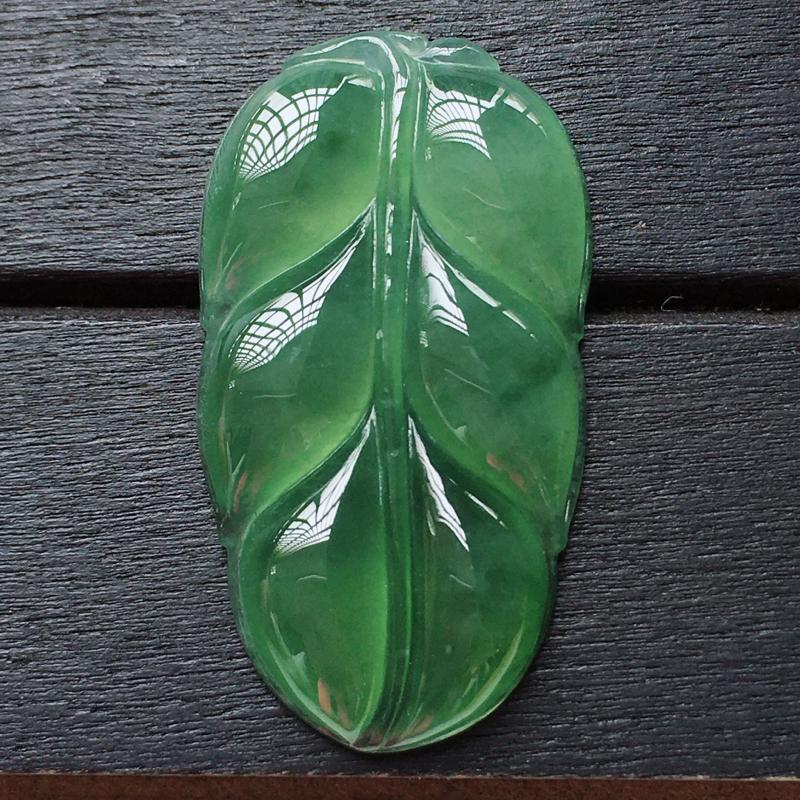 自然光实拍,缅甸a货翡翠,满绿玉叶,种水好,颜色漂亮,玉质莹润,精美迷人