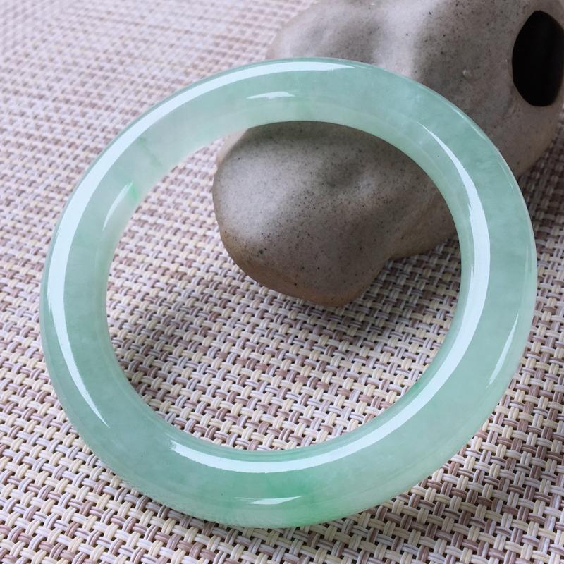 圆条55,天然翡翠手镯,水润起胶感,清秀浅绿,种水好,圆条玉手镯,完美无纹裂,尺寸圈口55/9/9.