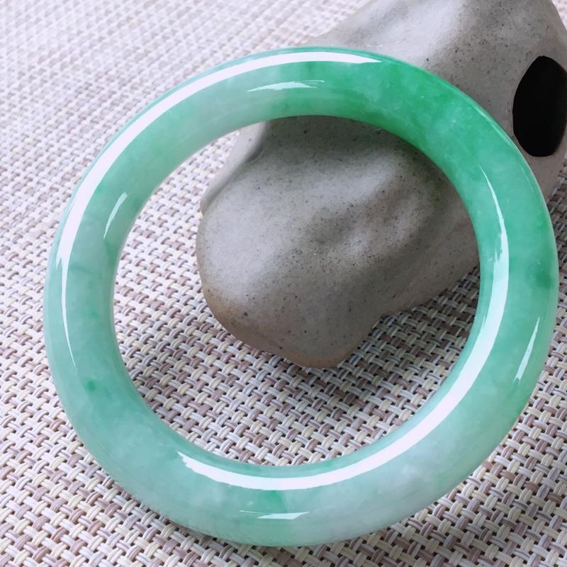 圆条56-57,天然翡翠手镯,莹润优雅,精美飘绿,质地细腻,圆条玉手镯,完美无纹裂,尺寸圈口56.7