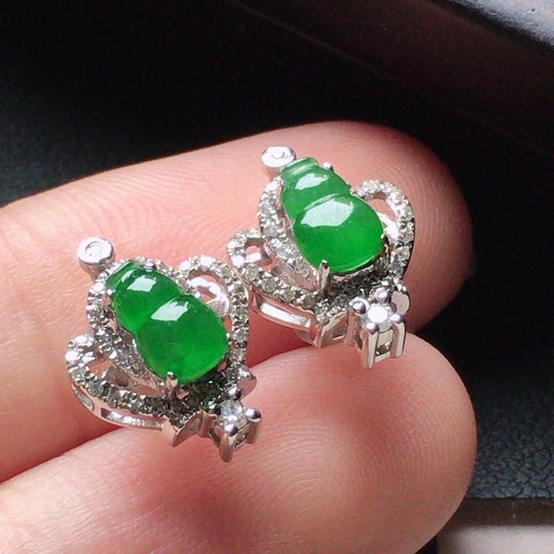 缅甸翡翠18k金伴钻镶嵌满绿葫芦耳钉,自然光实拍,颜色漂亮,玉质莹润,佩戴佳品,包金尺寸:11.8*