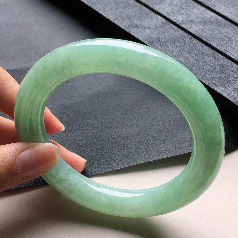缅甸翡翠56圈口带绿圆条手镯,自然光实拍,颜色漂亮,玉质莹润,佩戴佳品,尺寸:56.8*11.1*1