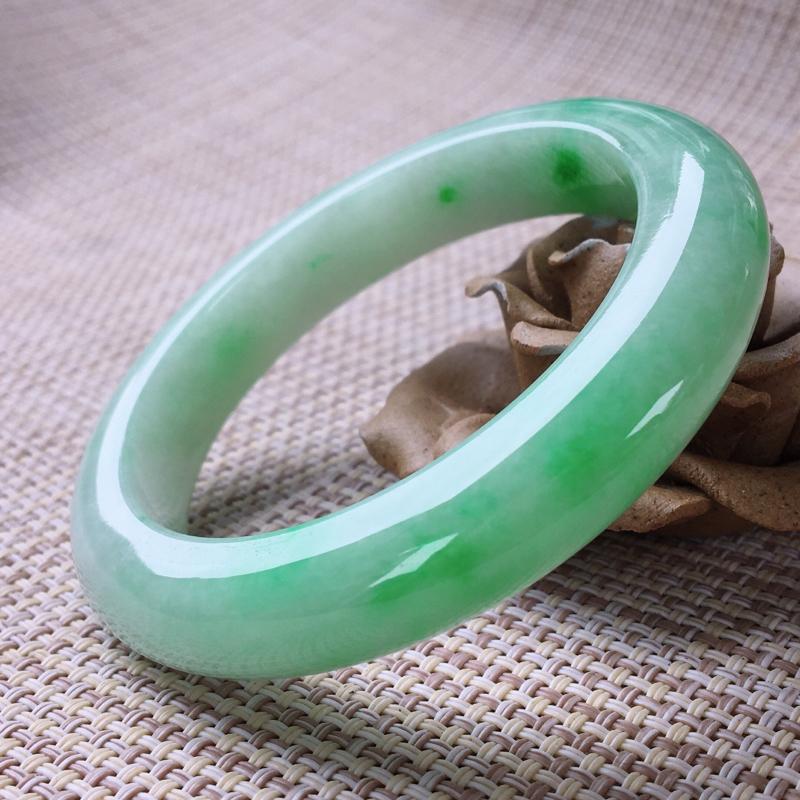 正圈54-55,天然翡翠手镯,莹润优雅,精美飘绿,质地细腻,正装玉手镯,完美无纹裂,尺寸圈口54.6