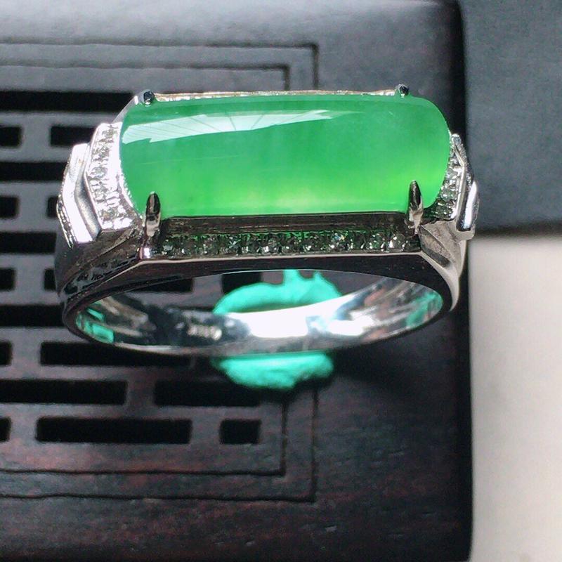 缅甸翡翠17圈口18k金伴钻镶嵌带绿马鞍戒指,自然光实拍,颜色漂亮,玉质莹润,佩戴佳品,内径:17.
