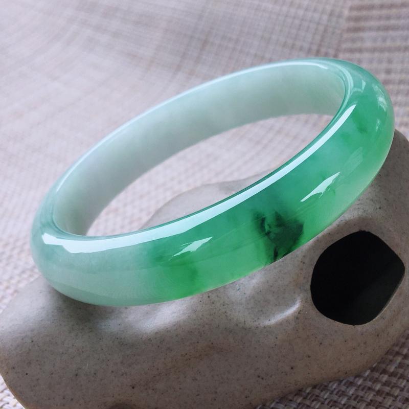 正圈57-58,天然翡翠手镯,水润起胶感,精美飘绿,质地细腻,正装玉手镯,完美无纹裂,尺寸圈口57.