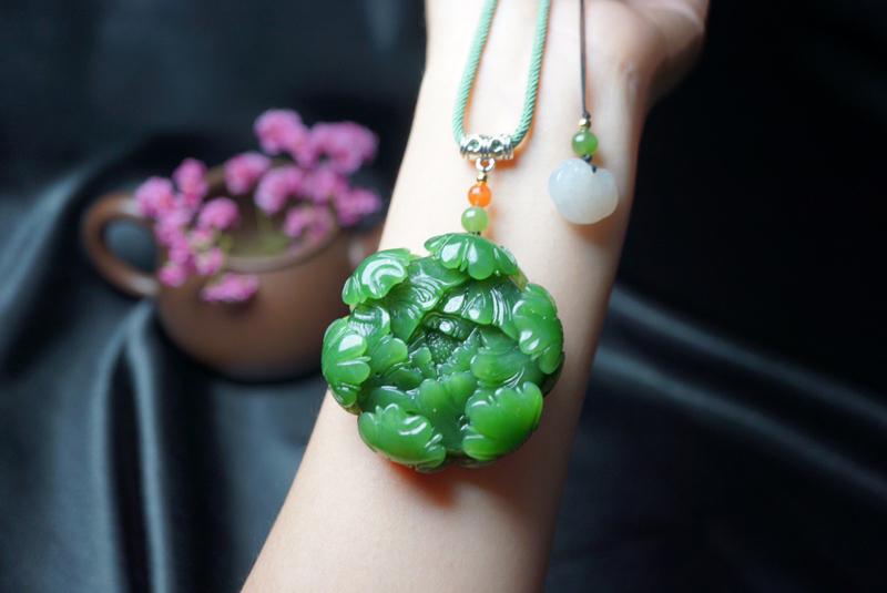 规格:49/17.2/mm 新品推出,【花开富贵】此款俄料 碧玉吊坠,菠菜绿,颜色十分漂亮,搭配精纯