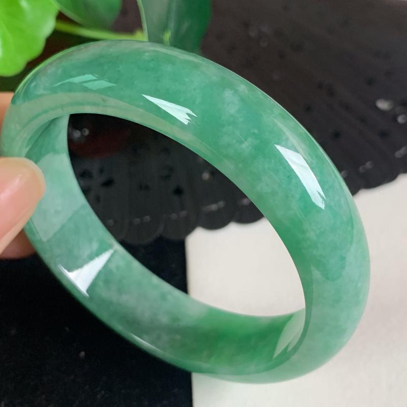 缅甸a货翡翠,水润满色正圈手镯55mm 玉质细腻,颜色艳丽,条形大方得体,佩戴效果更好