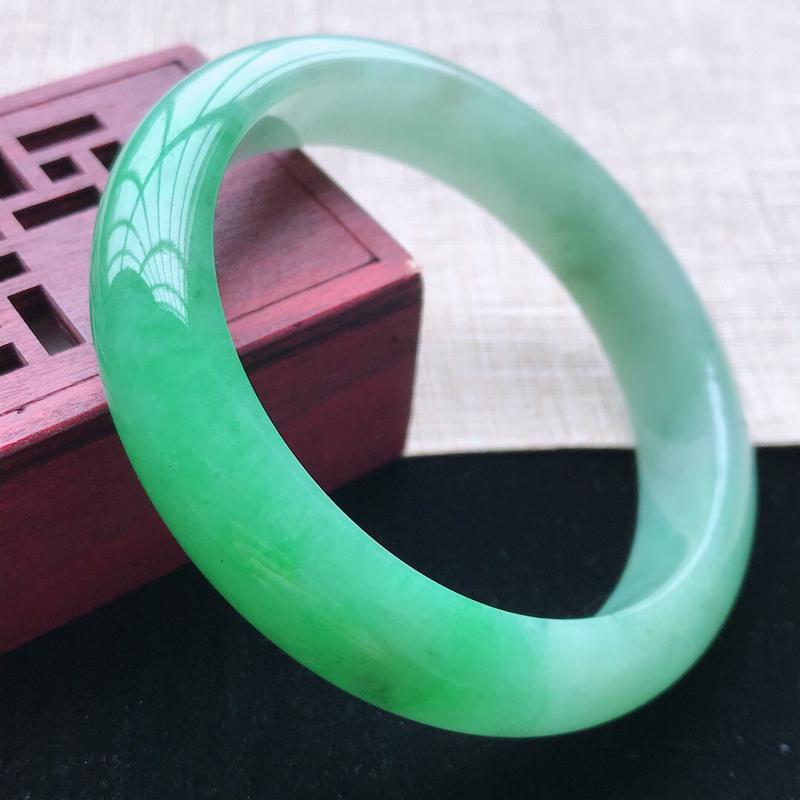 正圈:58。天然翡翠A货。老坑糯化种飘阳绿手镯。玉质细腻,佩戴清秀优雅。尺寸:58*13.3*8.2