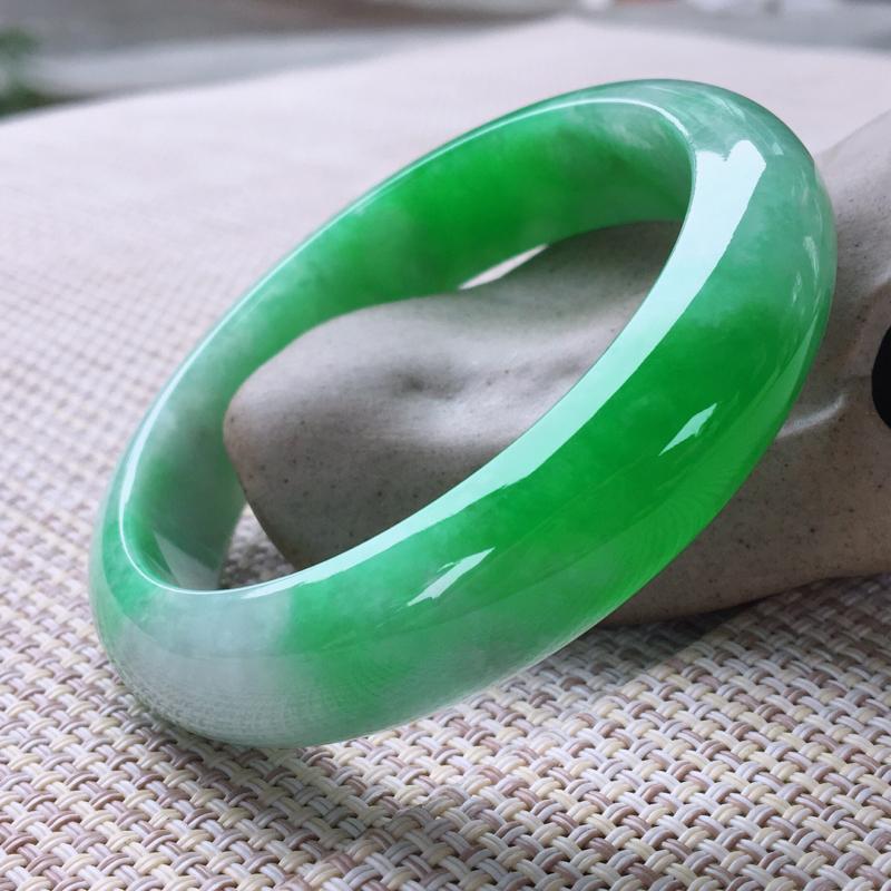 正圈56-57,天然翡翠手镯,老坑莹润,精美飘阳绿,质地细腻,颜色鲜亮,正装玉手镯,完美无纹裂,尺寸