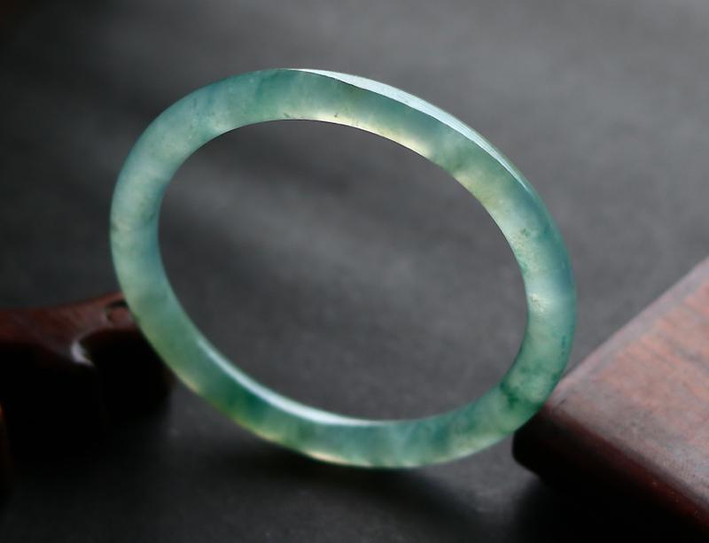 54正圆圈口老坑冰种飘花圆条手镯;种老水足,质地细腻冰透飘花彩,正圈圆条款型,佩戴上手非常漂亮,自然