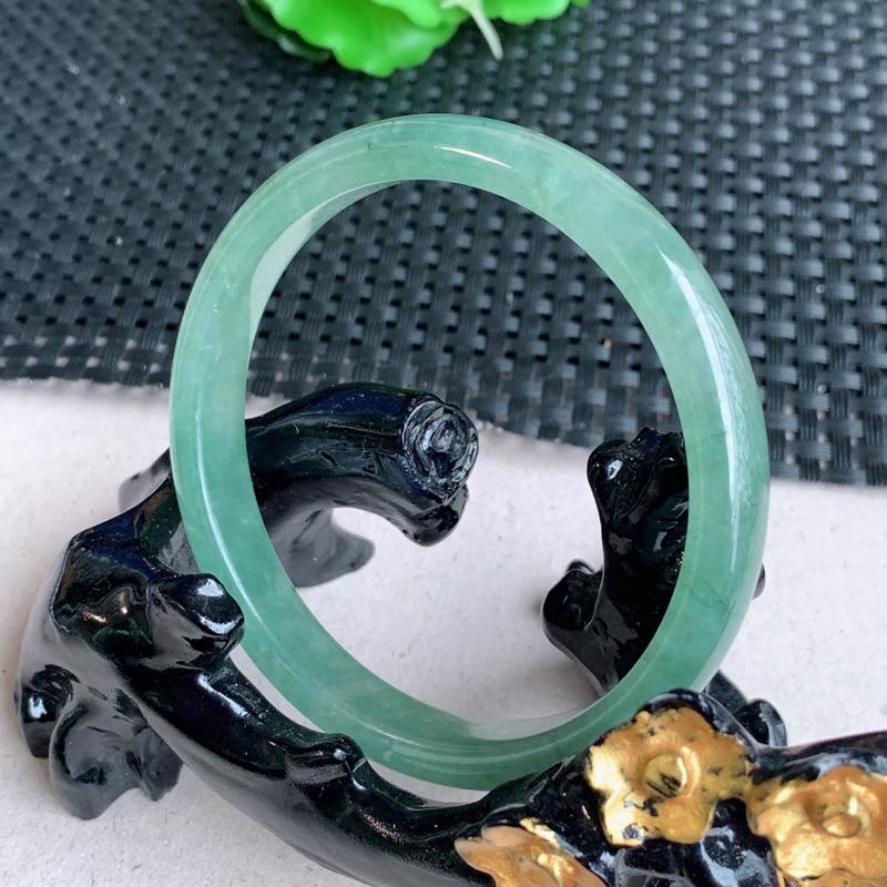 尺寸:55.7/8.4/6mm,重量:28.55克,天然A货翡翠满绿宽边手镯、质地均匀细腻,花色灵动