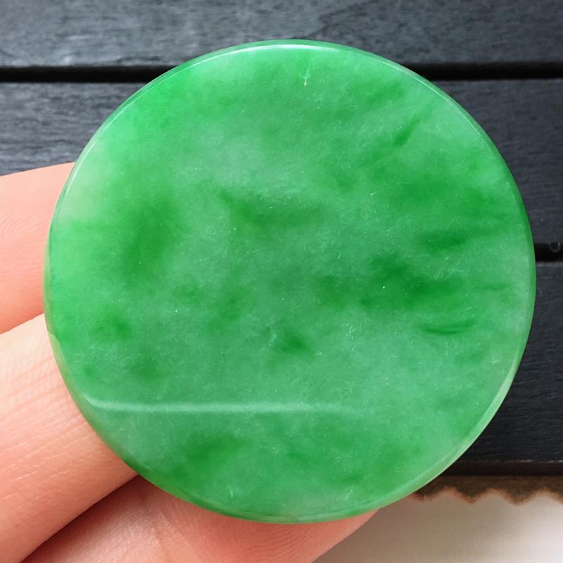 -自然光实拍,缅甸a货翡翠,满绿圆扣,种水好,颜色漂亮,艳丽迷人,玉质细腻,形体大个,镶嵌效果超赞,