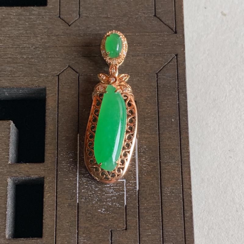 -天然A货翡翠_18k金伴钻镶嵌满绿满绿翡翠随形戒面吊坠,整体尺寸30.4*9.6*5.6mm裸石尺