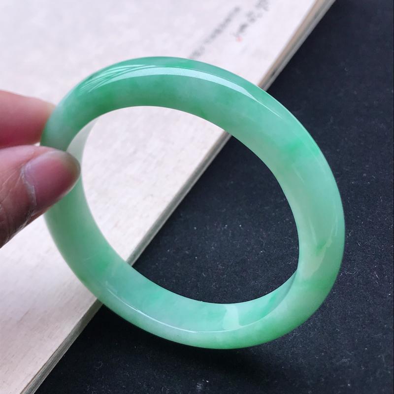 正圈64,缅甸天然翡翠好种手镯,尺寸 :64*13.5*9.6 ,玉质细腻水润 , 满绿,条形漂亮,