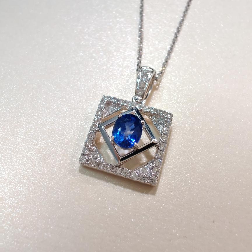 【吊坠】18k金+蓝宝石+钻石  宝石颜色纯正(不含链子) 货重:2.13g  主石:0.59ct